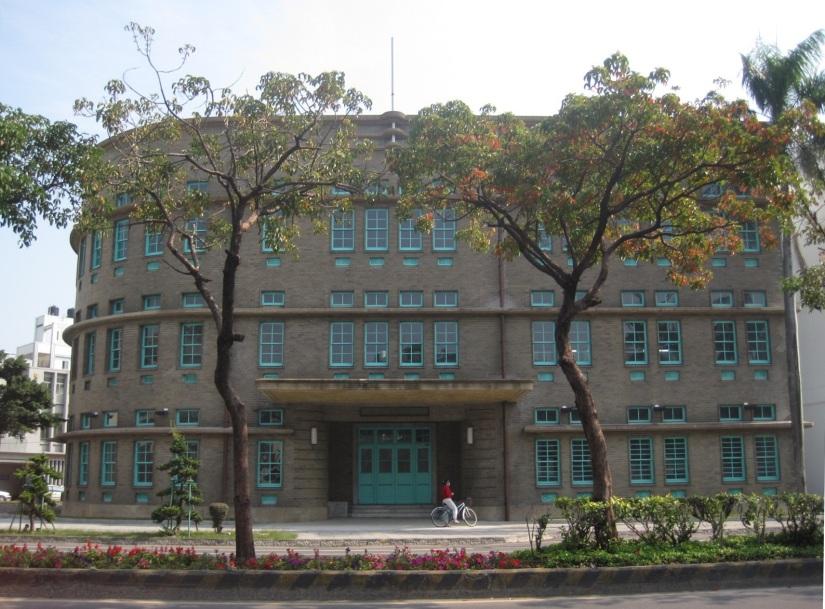菸酒公賣局嘉義分局,昭和12年(1937)落成,為臺灣總督府專賣局嘉義支局的辦公場所。今為嘉義市立美術館。(拍攝者: Pbdragonwang - 自己的作品, CC BY-SA 3.0,)